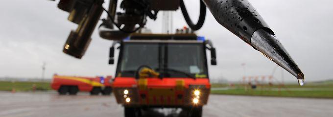 """Löschfahrzeuge: Anders als der """"Ziegler Z8"""" der Hamburger Flughafenfeuerwehr verspritzt die EZB im Notfall elektronisch Liquidität."""