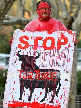 Tierschutz-Aktivist vor dem katalonischen Parlament.