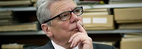 Nach Angaben der Süddeutschen Zeitung war Gauck eigentlich schon bereit, die Gesetzte unmittelbar nach den Abstimmungen in Bundesrat und Bundestag zu unterschreiben.