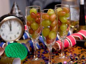 Um Mitternacht schieben sich viele Spanier bei jedem Glockenschlag eine Traube in den Mund. Wer sich verzählt, dem steht im neuen Jahr Unheil bevor.