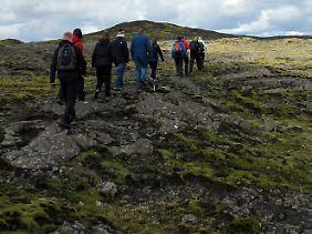 Über die Lavafelder: Rund eine Stunde dauert die Wanderung zum Fuß des Vulkans Thrihnukagigur.