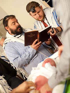 Juden beschneiden ihre Söhne schon im Säuglingsalter.