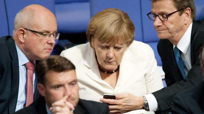 Was Kauder, Merkel und Westerwelle auf dem Smartphone lesen, bleibt unbekannt.