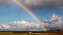 Ein Regenbogen spannt sich über die Landschaft. Doch warum ist er gebogen?