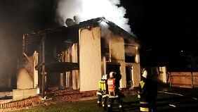 Die Feuerwehr versucht noch zu retten, was zu retten ist - vergeblich.
