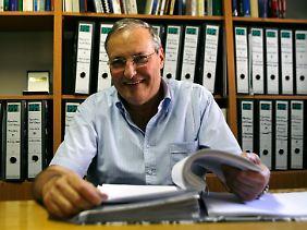 """Dr. Efraim Zuroff ist der Leiter des israelischen Büros des Simon Wiesenthal Center. Er veröffentlich den jährlichen """"Status Report"""" über die weltweite Suche nach NS-Kriegsverbrechern. Darin enthalten ist die Liste der meistgesuchten NS-Kriegsverbrecher."""