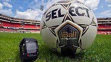 Der iBall (Intelligent Ball) mit eingebautem Chip und eine GoalRef-Funkuhr sollen den Zorn der Fans und der Mannschaften besänftigen.