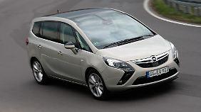 Die bumerangförmigen Scheinwerfer erinnern an den Opel Ampera.