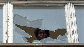 Anschläge auf Asylbewerberheime, wie hier in Hoyerswerda, sorgen Anfang der 90er für Aufsehen.