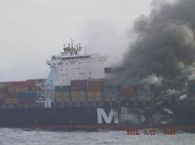 Falsch deklarierte Ladung? Wegen der akuten Gefahr weiterer Explosionen ließ der Kapitän das Schiff komplett räumen.
