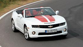 Wem der Camaro noch nicht auffällig genug ist, bestellt sich die Streifen für 500 Euro dazu.