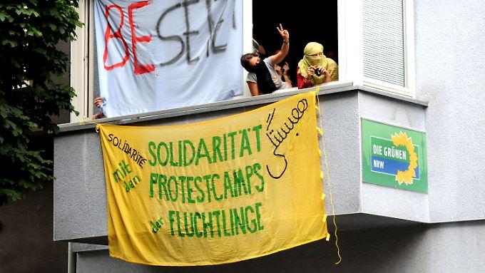 Die Besetzer weisen auf Probleme in Flüchtlingslagern in Calais hin.