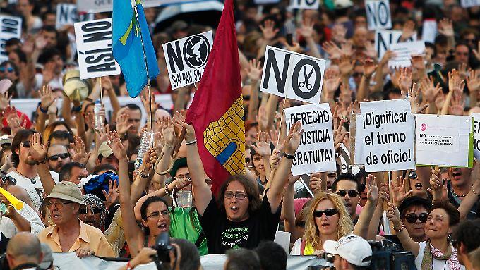 Menschen, denen nach eigener Aussage die Austeritätspolitik Spaniens die Luft zum Atmen nimmt, wehren sich.