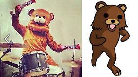 Ähnlichkeiten sind rein zufällig: Links der Kit Kat Bär, rechts Pedobear.