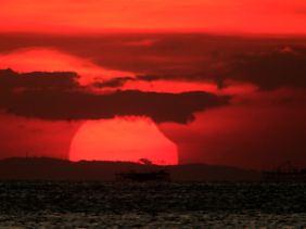 Sonnenaufgang und Sonnenfinsternis von den Philippinen aus fotografiert.