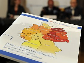 2009 war der erste Armutsatlas für die Regionen Deutschlands herausgegeben worden. Als arm gilt, wem weniger als 60 Prozent des mittleren Einkommens zur Verfügung stehen-