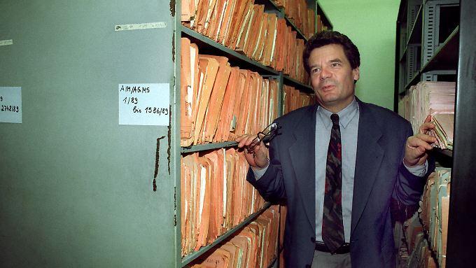 Joachim Gauck am 5. August 1992 in der Außenstelle der Behörde in Halle.