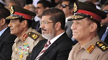 Hussein Tantawi, Mohammed Mursi und Sami Anan (v.l.).