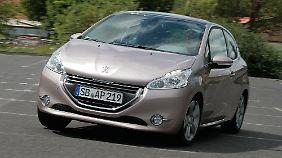 Das Haifischmaul ist passé, der Peugeot 208 grinst den Betrachter freundlich an.
