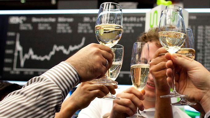 Hoch die Gläser! Die 30 Unternehmen des deutschen Leitindex Dax haben im abgelaufenen Quartal operativ alle Geld verdient.