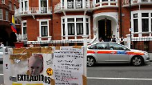 Vor der Botschaft in London.