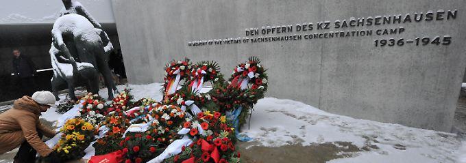 Mit Kränzen und Blumen wird im ehemaligen Konzentrationslager Sachsenhausen in Oranienburg der Toten gedacht.