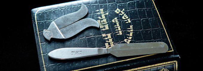 Das Handwerkzeugs eines Beschneiders: Manch ein Rabbi beharrt darauf, den Eingriff ohne Betäubung vorzunehmen.