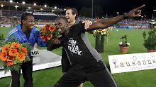 Jamaikas Sprintstar Usain Bolt (r) freut sich gemeinsammit Yohan Blake über den Sieg.