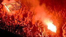 Pyro-Technik im Stadion ist verboten: Breslauer Fans in Hannover.