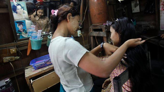 Für viele Frauen die einzige Art, etwas Geld dazu zu verdienen: Haare abschneiden.