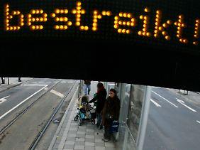 Viele Menschen warteten vergeblich auf den Nahverkehr.