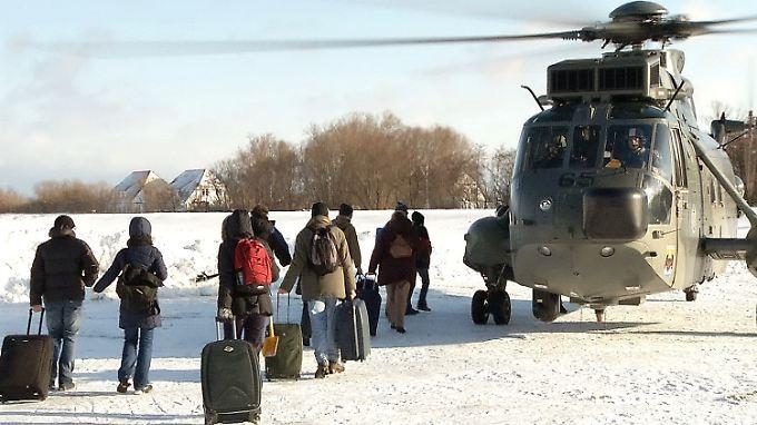 Militärhubschrauber holten die letzten gestrandeten Urlauber in Hiddensee ab.