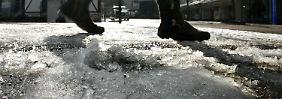 Wenn Streuen allein nicht hilft, muss die Stadt das Eis anderweitig entfernen.