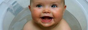 Lachende Mamas und Papas faszinieren Babys - und animieren zum Mitlachen.