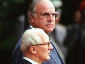 Stolz und Unwille: Kohl und Honecker am 7. September 1987 vor dem Bonner Kanzleramt.