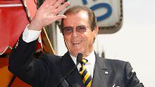 In den Bond-Filmen lagen ihm die Frauen zu Füßen, im wahren Leben hatte es Roger Moore offensichtlich schwerer.