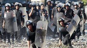 Tausende Sicherheitskräfte sollen in Kairo die aufgebrachte Menge in Schach halten.