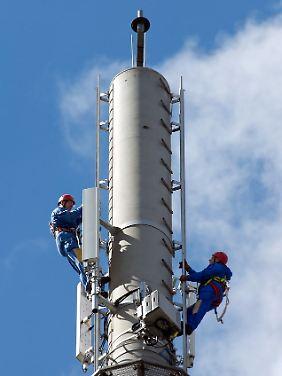 In Kyritz (Brandenburg) richten Arbeiter eine LTE-Antenne für die Deutsche Telekom ein.