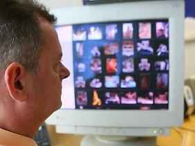 Ein Fahnder vor einem Bildschirm mit Kinderpornos.
