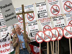 """Die Partei """"Pro Köln"""" setzt auf radikale Islam-Kritik - im nordrhein-westfälischen Verfassungsschutzbericht wird sie im Kapitel zum Rechtsextremismus geführt."""