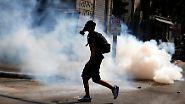 Die Beamten setzen Tränengas ein.