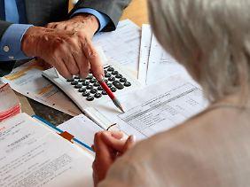 Viele Senioren vertrauen ihrem Bankberater. Das kann ein Fehler sein, denn diese sind mitunter mehr an der Provision als an der Zufriedenheit ihrer Kunden interessiert.