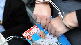 Bei einem Protest gegen die einstweilige Verfügung der Kirche gegen das Magazin.