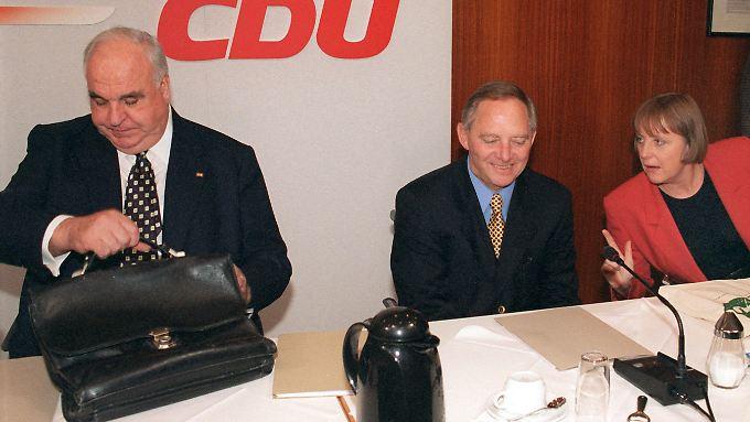 6. November 1998, noch hielt der Schein: Kohl, Schäuble und Merkel vor Beginn einer Vorstandssitzung der CDU.