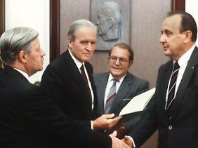 Am 17. September 1982 zerbricht die sozial-liberale Koalition. Hans-Dietrich Genscher erhält von Bundespräsident Karl Carstens die Entlassungsurkunde.