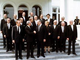 Carstens mit dem ersten Kohl-Kabinett am 4. Oktober 1982 vor der Bonner Villa Hammerschmidt.