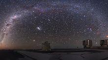 Sternenmeer über dem Very Large Telescope (VLT) der ESO auf dem Cerro Paranal in Chile während der totalen Mondfinsternis vom 21. Dezember 2010.