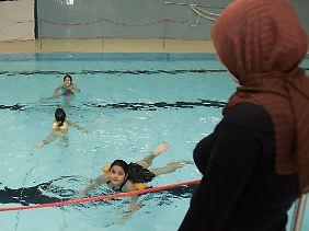 Ob und unter welchen Bedingungen muslimische Kinder am Schwimmunterricht teilnehmen müssen, beschäftigt Gerichte in Deutschland seit Jahren.