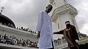 Öffentliche Demütigung: Das Foto zeigt eine Strafprozedur wegen unehelichen Geschlechtsverkehrs in Indonesien 2006.
