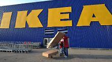 """Alles im Lack bei der weltweit größten Möbelkette? """"Wir treffen uns oft"""", sagen Kamprads Söhne über das Verhältnis zu ihrem Vater, Ikea-Gründer Ingvar Kamprad."""